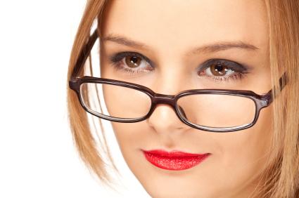 Realza los ojos detrás de las gafas