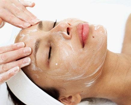 El peeling ayuda a eliminar manchas y arrugas superficiales.